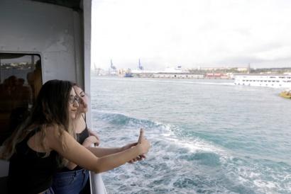Istanbul Turkey 2017 Bosforo Girl / Selfie