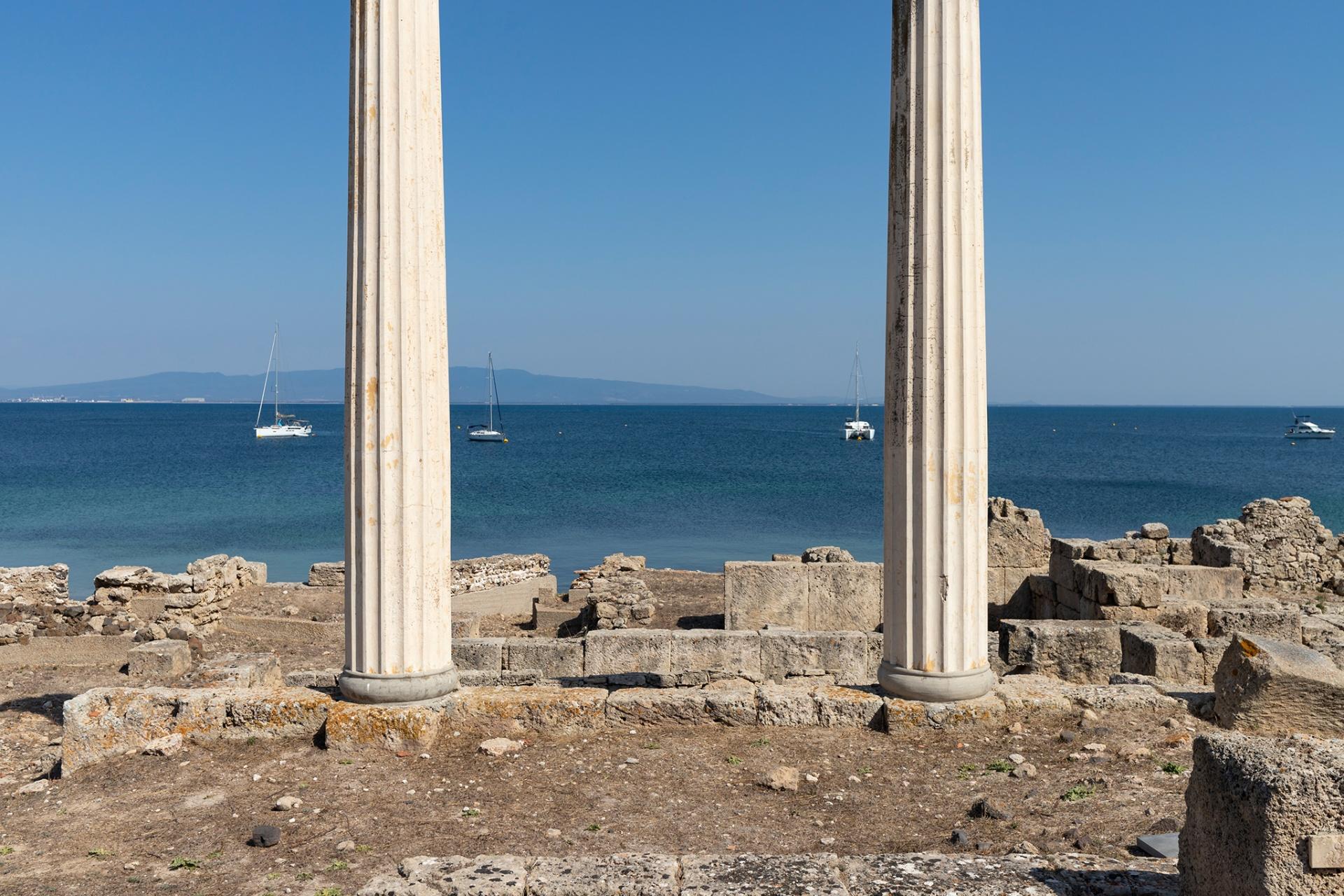 Sulla Penisola di San Marco, La penisola di San Marco nella regione sarda del Sinis è una terra antica, che parla le mille lingue delle genti che l'hanno abitata. È abbagliata da un sole cocente e spettinata