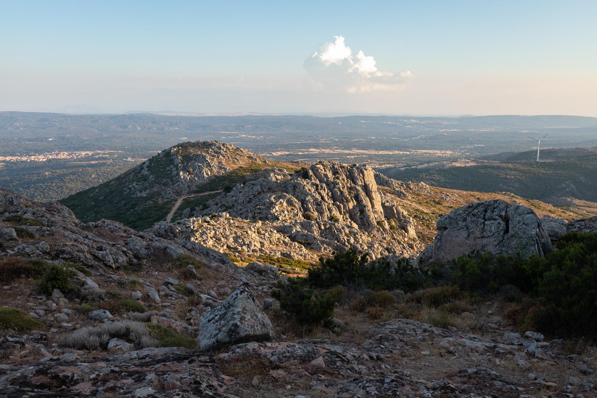 Granito, Ci sono luoghi in Sardegna che quando li incontri sulla mappa sembrano vuoti. Toponomi persi tra le pieghe delle curve di livello, dal suono antico, abbandonato. Alcuni paesaggi li trovi pieni di